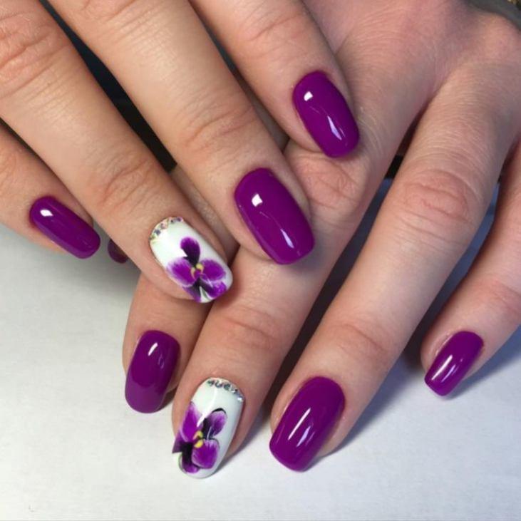 Маникюр нежно-фиолетового цвета с рисунком