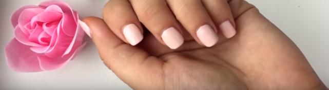 Нанесите розовый на все пальцы