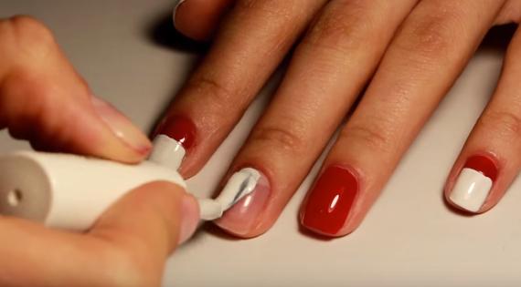 Белым лаком покрыть оставшуюся часть ногтя